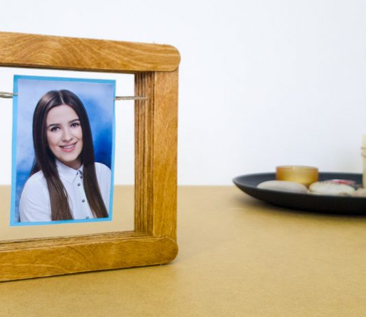 Simple DIY Picture Frame Using Popsicle Sticks 0